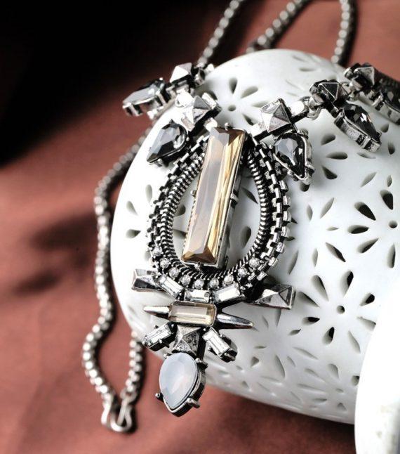 Colier Xaxo argintiu cu pietre din sticlă
