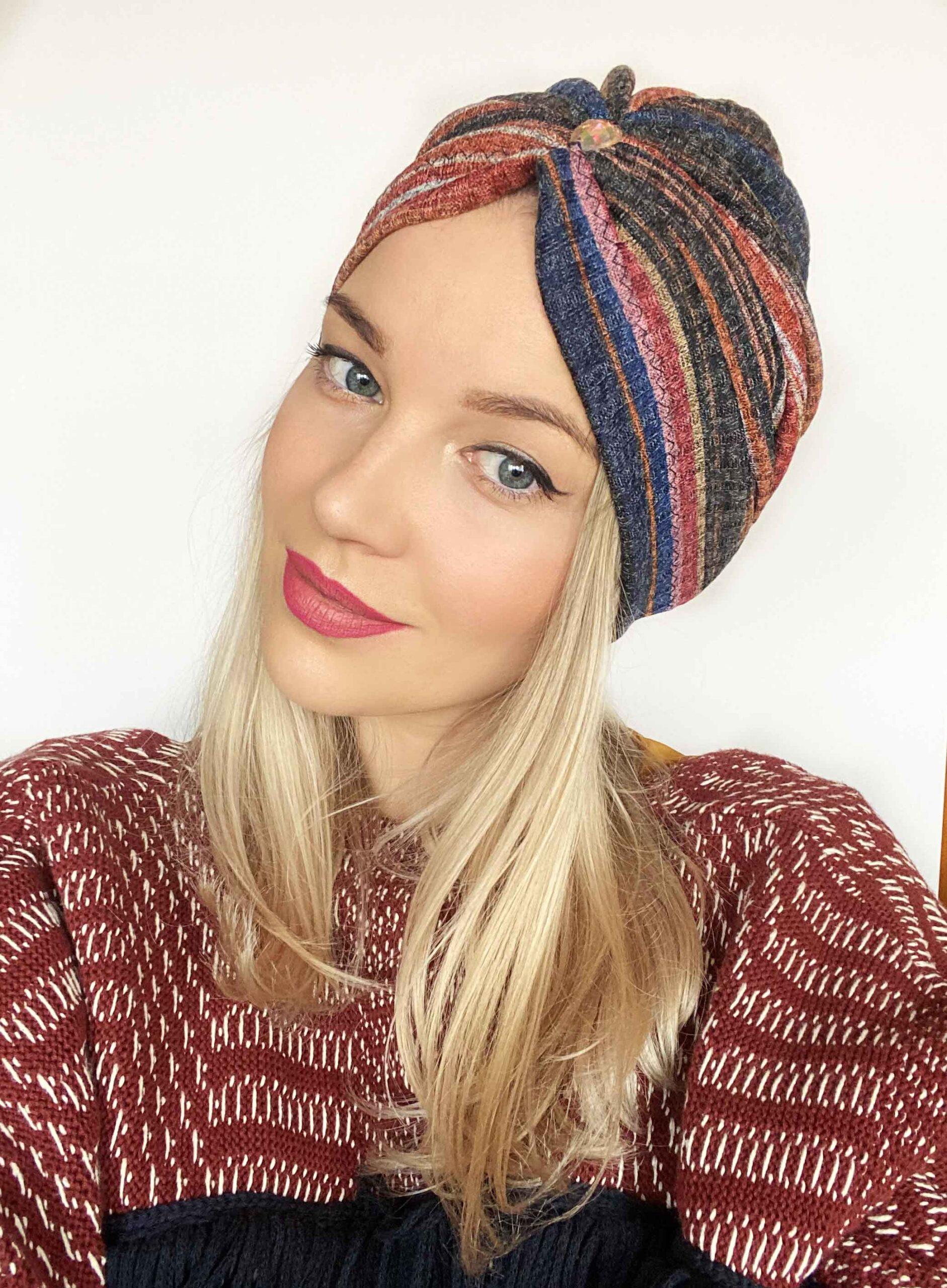 Turban colorat accesorizat din tricot